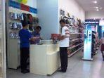 pengunjung-sedang-membayar-sepatu-di-kasir-toko-bata-dp-mal-semarang-1882017_20170818_132457.jpg