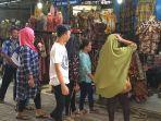pengunjung-serbu-pasar-grosir-batik-setono-pekalongan.jpg