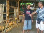 penjual-bambu-di-ruas-jalan-tuntang-salatiga-rohmat-berkaos-hitam-sedang-melayanipembeli.jpg