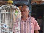 penjual-burung-kicau-edy-sholeh-menunjukkan-burung-love-bird-koleksinya.jpg