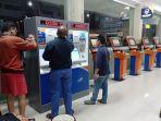penumpang-cetak-tiket-keberangkatan-di-stasiun-purwokerto_20180611_185026.jpg