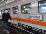 penumpang-kereta-yang-menggunakan-faceshield-saat-menaiki-kereta-api-di-stasiun-daop-5-purwokerto.jpg