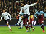 penyerang-liverpool-mohamed-salah-mencetak-gol-pembuka-dari-titik-penalti.jpg