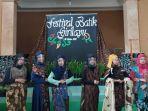 peraga-menampilkan-busana-batik-karya-pembatik-di-desa-girilayu.jpg