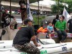 perahu-karet-bertuliskan-fpi-saat-proses-evakuasi-banjir-di-cipinang-melayu-jakarta-timur.jpg