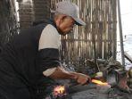 perajin-pisau-di-desa-hadipolo-kecamatan-jekulo-saat-menempa-baja_20180802_220651.jpg