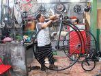 perakit-sepeda-penny-farthing-asal-kota-semarang-daronjin-50-tengah-sibuk-bekerjsa-3062020.jpg