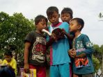 peringati-hari-buku-dan-hari-bumi-anak-anak-baca-puisi-dan-tanam-mangrove-demak_20170425_161025.jpg