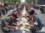 personel-tni-polri-makan-bersama-di-plaza-manahan.jpg