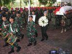 personil-tni-membawa-peti-jenazah-almarhumah-ani-yudhoyono-saat.jpg