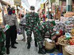 personil-tni-polri-sedang-mengenakan-masker-kepada-pedagang-yang-belum-kenakan-m.jpg