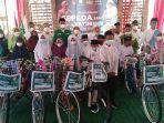 perwakilan-anak-yatim-menerima-sepeda-1.jpg