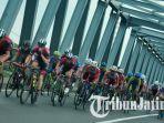 pesepeda-internasional-tour-de-indonesia-2018-melintas-di-jembatan-sungai-brantas-kertosono-nganjuk.jpg