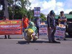 peserta-aksi-unjuk-rasa-di-alun-alun-kudus-rabu-3012019.jpg