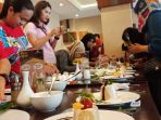 peserta-cooking-class-tribun-jateng-sedang-melakukan-platting-menu-rice-puding_20180428_182933.jpg