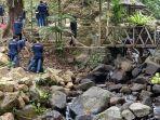 peserta-gerakan-bisa-melakukan-bersih-bersih-di-wisata-weloasri-kecamatan-petungkriyono.jpg