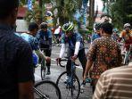 peserta-kompas-bike-jateng-gayeng-menyelesaikan-etape-3-finis-di-kantor-bank-jateng_20170313_093524.jpg