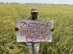 petani-asal-desa-undaan-lor-kecamatan-undaan-kudus-membawa-poster-penolakan-impor-beras_20180115_154003.jpg