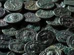 petani-sayur-ini-temukan-ribuan-koin-kuno-bertulis-tahun-274-m_20160421_165703.jpg