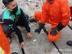 petugas-damkar-mengambil-ponsel-xiaomi-milik-ricky-yang-terjatuh-di-saluran-air.jpg