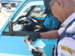 petugas-dari-dinas-perhubungan-dishub-kota-tegal-melakukan-pemeriksaan-kelengkapan-sura_20180523_141829.jpg