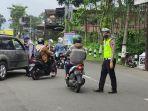 petugas-dari-dinhub-dan-kepolisian-saat-memberhentikan-sejumlah-kendaraan-dari-luar-kota.jpg