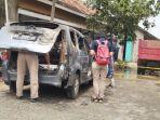petugas-dari-polres-sukoharjo-sedang-melakukan-olah-tkp-pada-sebuah-mobil-yang-terbakar.jpg