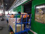 petugas-dari-stasiun-daop-5-purwokerto-saat-menurunkan-barang-barang-rail-express.jpg