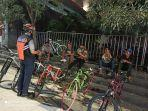 petugas-dishub-melakukan-sosialisasi-terhadap-para-pesepeda-di-depan-bi-solo.jpg