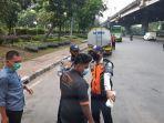 petugas-dishub-menghentikan-bus-yang-mengangkut-warga-ke-lokasi-vaksinasi-covid-19.jpg
