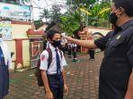 petugas-keamanan-sekolah-melakukan-cek-suh-2612021.jpg
