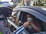 petugas-kepolisian-memeriksa-identitas-dan-kelengkapan-surat-surat-kendaraan.jpg