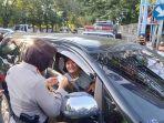petugas-kepolisian-memeriksa-identitas-semua-pengendara.jpg