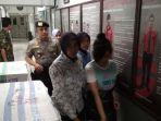 petugas-kepolisian-resort-magelang-kota-menggiring-n-24-karyawati-spg-matahari-mall-magelang_20181004_090815.jpg