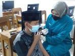petugas-kesehatan-menyuntik-vaksin-ke-seorang-santri-tanbihul-ghofilin-banjarnegara.jpg