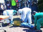 petugas-medis-dengan-pakaian-pelindung-diri-mengevakuasi-korban.jpg