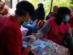 petugas-medis-melakukan-pemeriksaan-kesehatan-masyarakat-politeknik-santo-paulus-surakarta.jpg