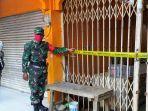 petugas-melakukan-penutupan-pasar-kangkung-setelah-seorang-pedagang-dinyatakan-terpapar-covid-19.jpg