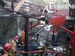 petugas-memadamkan-kobaran-api-di-pasar-giribelah-kecamatan-giritontro-wonogiri.jpg