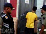 petugas-membawa-dua-pelajar_20171116_101244.jpg