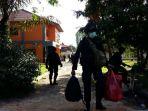 petugas-membawa-sejumlah-barang-yang-diambil-dari-dalam-gedung-gelanggang-mahasiswa-universitas-riau_20180602_170408.jpg
