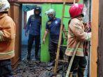 petugas-mengecek-kerusakan-di-rumah-korban-setelah-terbakar-rabu-2012021.jpg