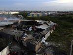 petugas-mengevakuasi-korban-ledakan-pabrik-mercon-tangerang_20171027_092943.jpg