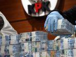 petugas-menunjukkan-barang-bukti-berupa-uang-terkait-ott_20180506_080033.jpg