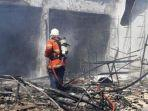 petugas-pemadam-kebakaran-berusaha-memadamkan-api-yang-membakar-toko-mainan.jpg