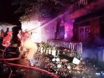 petugas-pemadam-kebakaran-saat-memadamkan-api-di-lokasi-pabrik-tahu-malam.jpg