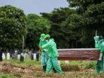 petugas-pemakaman-membawa-peti-jenazah-pasien-suspect-virus.jpg