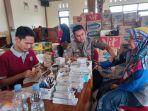 petugas-periksa-kondisi-korban-banjir-di-pos-kesehatan-balai-desa-trimulyo-demak.jpg