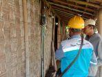 petugas-pln-memasang-sambungan-listrik-pada-rumah-warga-kurang-mampu-1.jpg