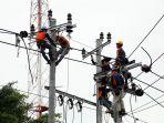 petugas-pln-memperbaiki-jaringan-listrik-di-jalan-gajah_20170218_090318.jpg